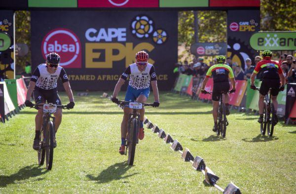 Cape Epic 2019 - Jára a Matouch dokončují časovku jako Outcast jezdci