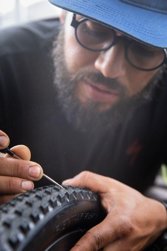 Vyndavání trnů je velká část odpoledne mechaniků