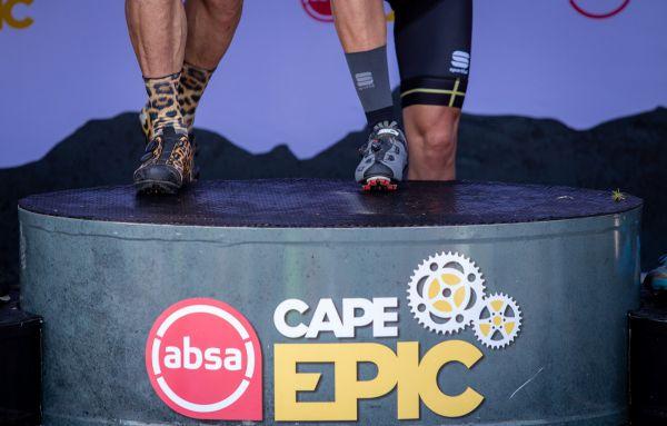 Cape Epic 2019 - kdo jiný si mohl vzít leopardí fusky na vyhlášení...? Ano, Hermida