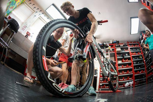 Anna van der Breggen a Annika Langvad trénují opravy defektů