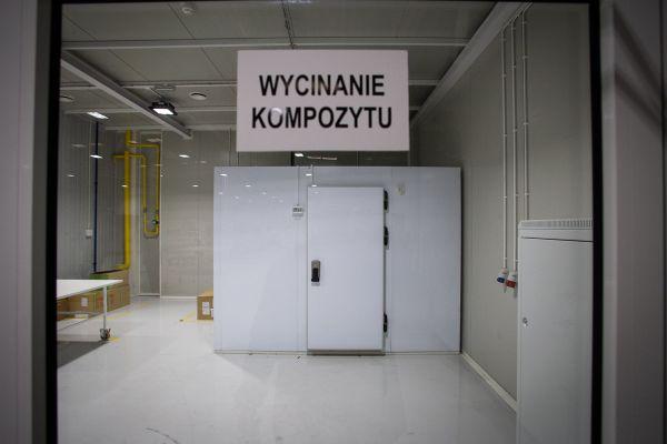 Kross - tv té bílé skříni - mrazáku - se ukrývá materiál na karbonové rámy