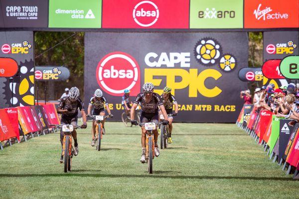 Cape Epic 2019 - Foja s Josém v 5. etapě pomáhali handicapovanému
