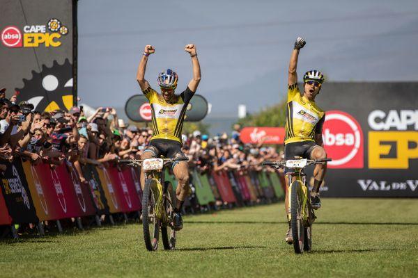 Lars Forster a Nino Schurter vyhrávají Cape Epic