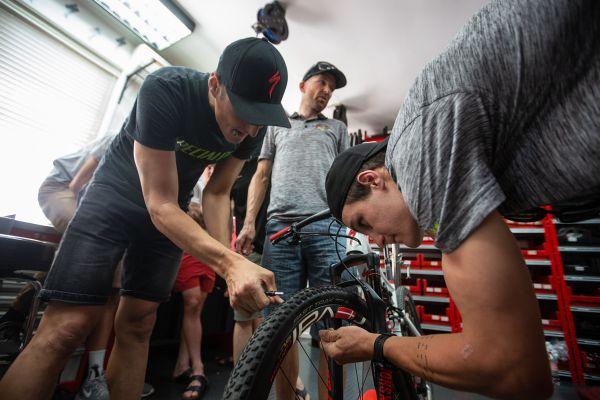 Jaroslav a Sam trénují opravy defektů