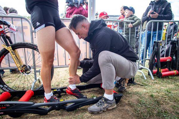 ČP XCO 2019 #2 - noha Ondry Cinka v péči fyzioterapeuta Pavla Bryndy