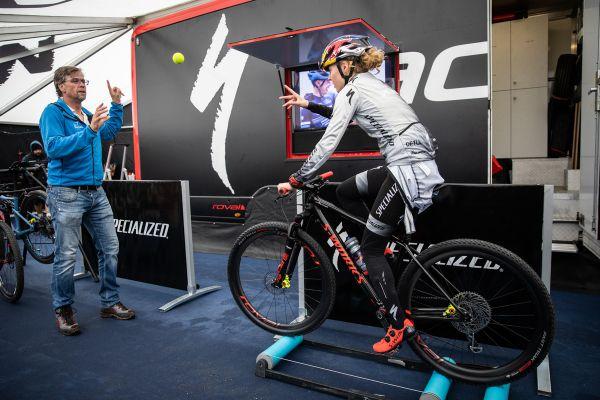 Laura Stigger se rozjíždí před svým prvním závodem v kategorii do 23 let.