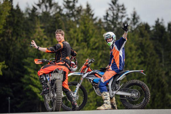 Předjezdci na elektrických motorkách