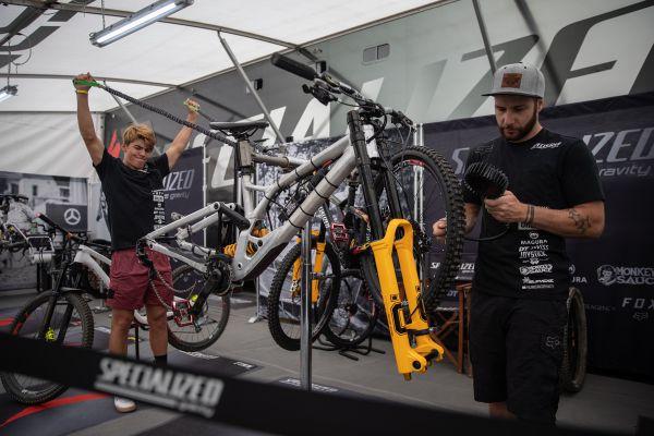 Finn Iles a jeho mechanik Kevin