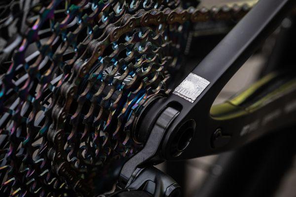 Nové antivibrační nálepky na kole Nino Schurtera