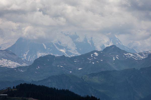 Vrchol Mont Blanc zůstal po většinu víkendu v mracích