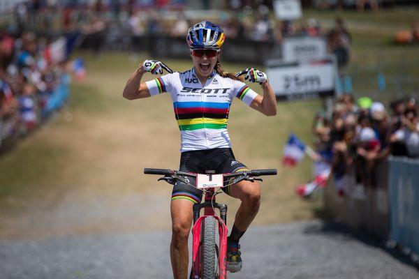 Kate Courtney vítězí