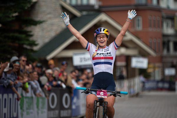 Evie Richards vyhrává v kategorii do 23 let