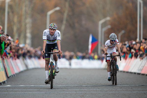 Mathieu van der Poel v tichosti vítězí