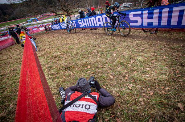 Fotograf Jarda Svoboda právě zachycuje zásadní zlom v závodě