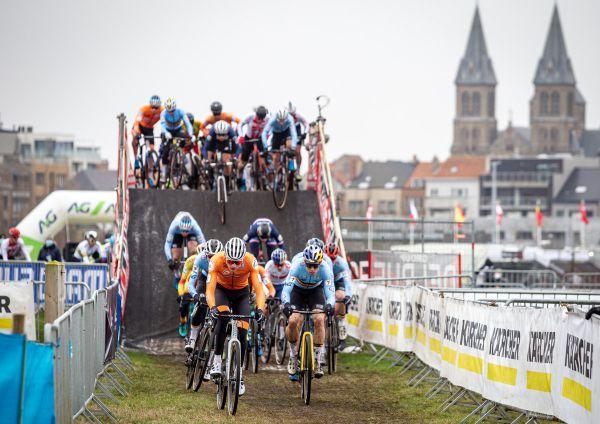 MS 2021 - Mathieu van der Poel a Wout van Aert ihned po startu na čele