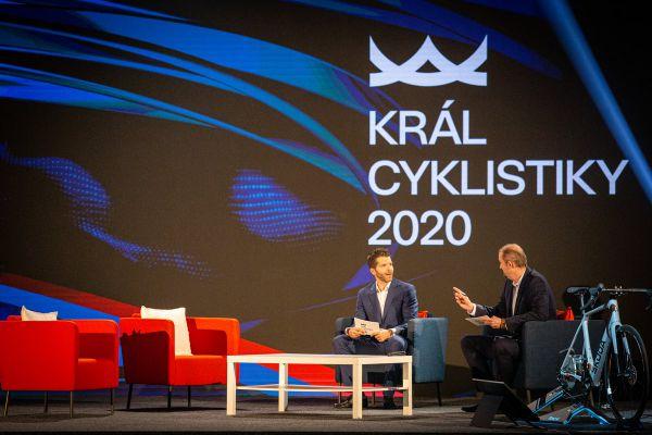 Král cyklistiky 2020 - pánové si v obýváčku docela notovali