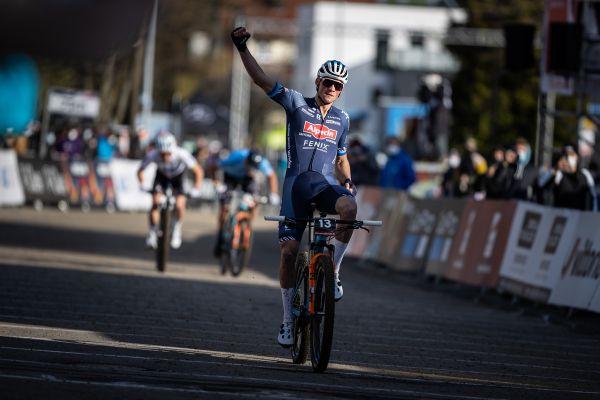 Mathieu van der Poel vítězí