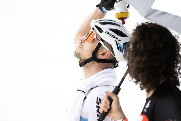 Nino Schurter se chladí před startem