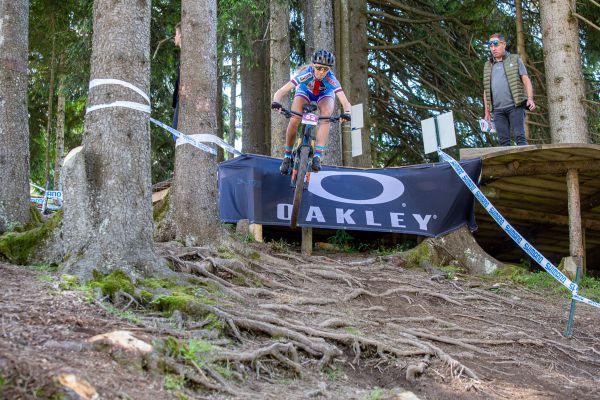 SP Les Gets 2021 - Adéla Holubová za dohledu bývalého skvělého francouzského bikera Ludovica Dubaua