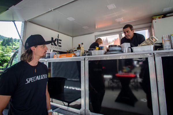 Specialized Racing Team - královské kulinářství Les Gets
