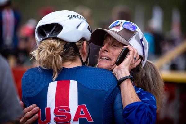 MS 2021 - short track - paní Blevinsová  šla do kolen, zde v objetí s Haley Batten