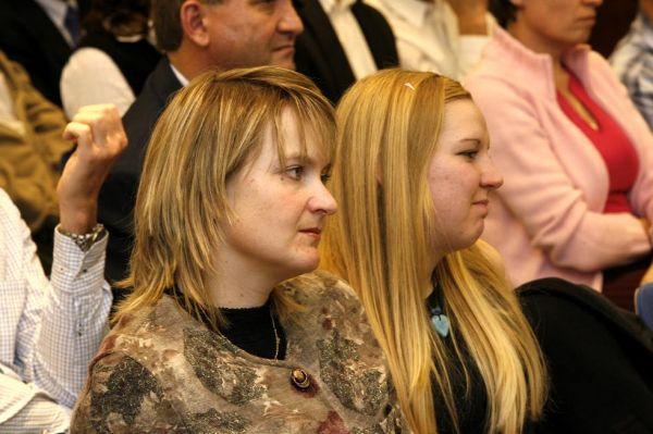 TOP TEN Pelotonu 06 - tak schválně, poznáváte, kdo to sedí vedle Evy Hubené ?
