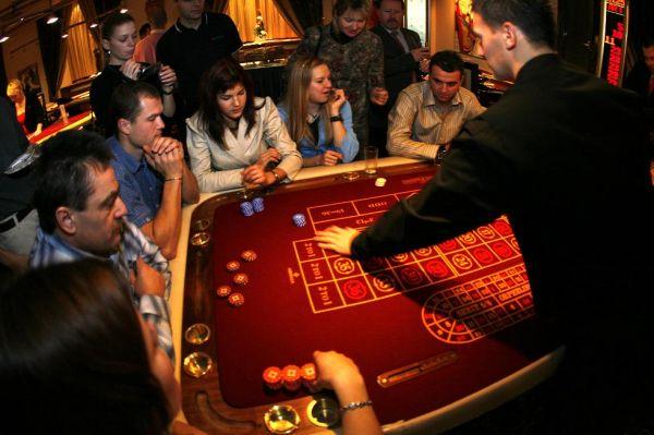 V Casinu President - u druhého stolu řádili zleva : Horáková, Boštík, Rybařík, Huříková Hubená a Prokop