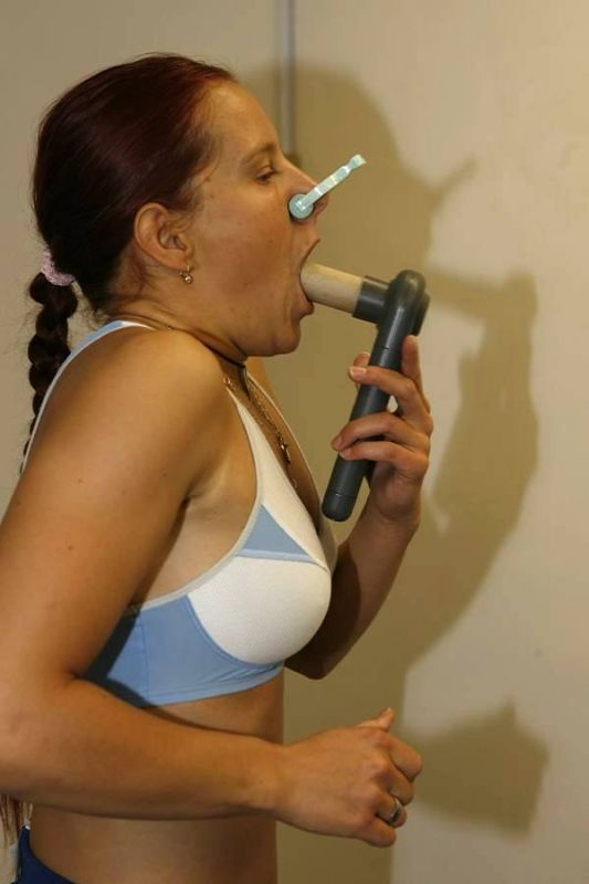 Sraz reprezentace - funkční vyšetření, Praha 20.11. 2006 - Tereza Jansová při měření objemu plic
