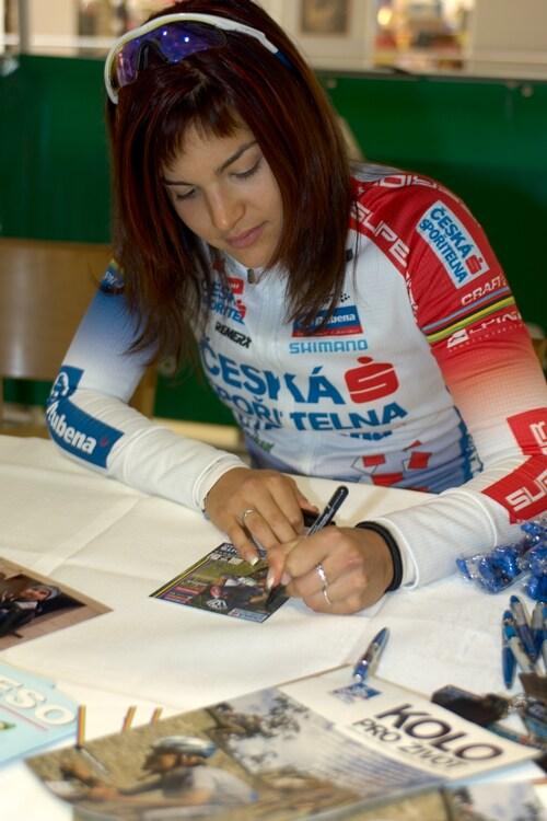 Tereza Huříková při autogramiádě v Liberci
