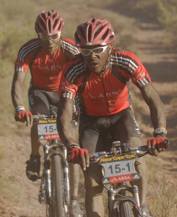 Cape Epic 2007 - 4. etapa, Keňané Kinjah a Kamau reprezentující hlavního sponzora ABSA, foto: Frank Bodenmüller/MTBSector.com