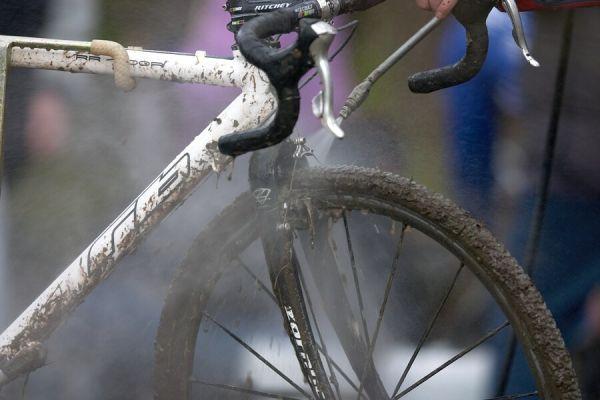 Mistrovství České republiky v cyklokrosu - 6.1. 2007 - Č. Lípa - v depech bylo hodně rušno, wapky jely naplno
