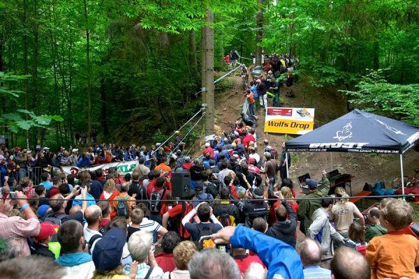 Nissan UCI MTB World Cup XC #2 26.-27.5. 2007 - diváky obležený Wolfs Drop