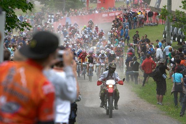 Nissan UCI MTB World Cup - Mont St. Anne, 23.6.'07 - start žen, zřetelný je pád