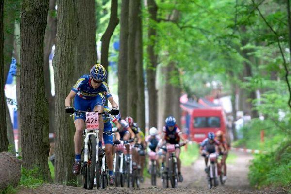 ČP XC 3. závod, Česká Kamenice 2.6.2007 - start žen, v čele Georgia Gould