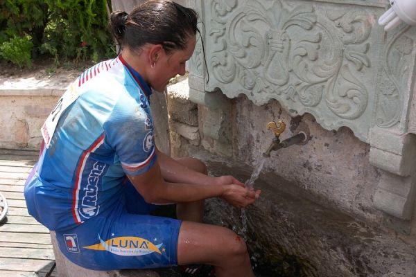 ME Cappadocia 2007 - závod žen 15.7. - Katka Nash v kashně