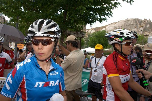 ME Cappadocia 2007 - závod žen 15.7. - Kalentieva a Spitz na startu