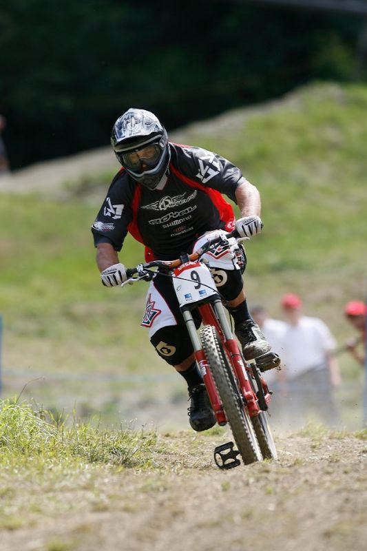 SP DH Schladming 2007 - Chris Kovarik sundal obě nohy