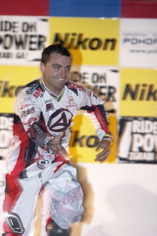 Nissan UCI MTB World Cup 4X #5 - Maribor 15.9. 2007 - Michal Prokop věnoval divákům svůj dres