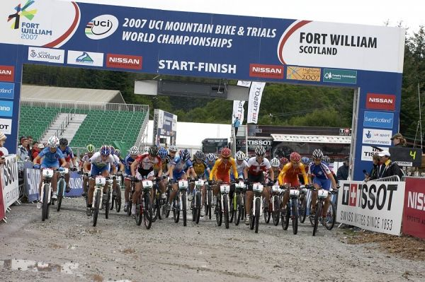 MS MTB - Fort William 5.9. 2007 - start žen U23, Tereza Huříková a její nešťastná chvilka na startu