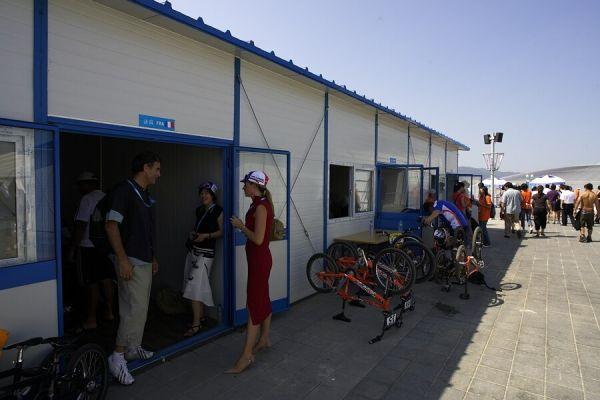 SP UCI BMX Supercross, 20.-21.8. 2007 Peking/Čína - každý stát měl svojí malou garáž s větrákem, ledem.... Frantíci i s pěknou roštěnkou